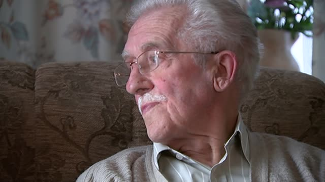 vídeos de stock e filmes b-roll de 70th anniversary of ve day story of ve day sweethearts lancashire cyril axon interview sot betty axon smiling - axónio