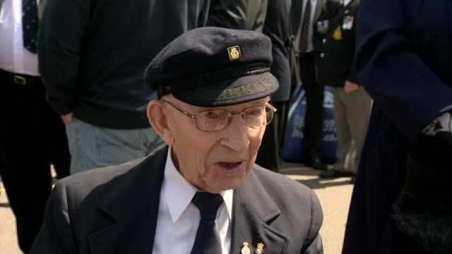 75th anniversary of dunkirk marked england ramsgate ext setup shot of reporter with 98yearold veteran vic viner medals on viner's chest vic viner... - evakuierung von dünkirchen stock-videos und b-roll-filmmaterial