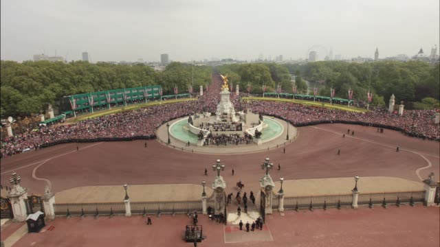 may 7th 2011 timelapse from buckingham palace at the mall on april 29 2011 in london england - buckingham palace stock-videos und b-roll-filmmaterial