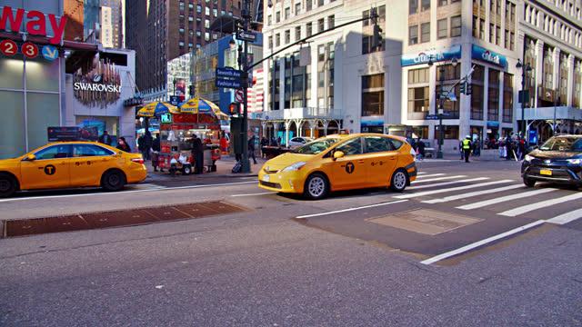 vídeos y material grabado en eventos de stock de 7th avenue. traffic. yellow taxi - taxi