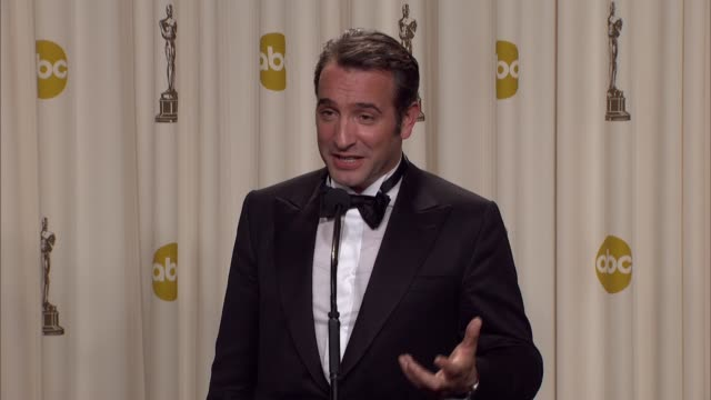 vídeos de stock, filmes e b-roll de 84th annual academy awards - press room, hollywood, ca, united states, 02/26/12 - jean dujardin