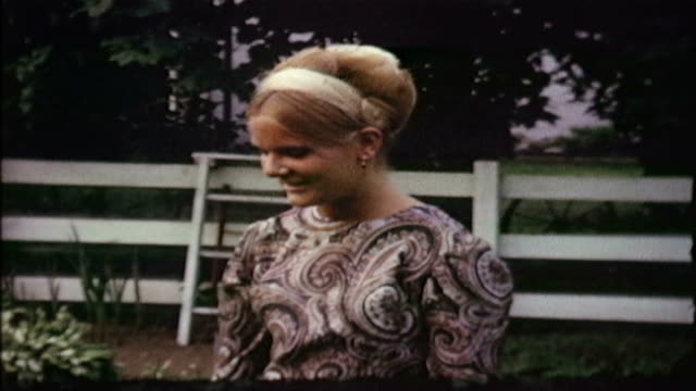 vidéos et rushes de 8mm footage of an 16-year-old girl wearing paisley in a backyard. - 16 17 ans