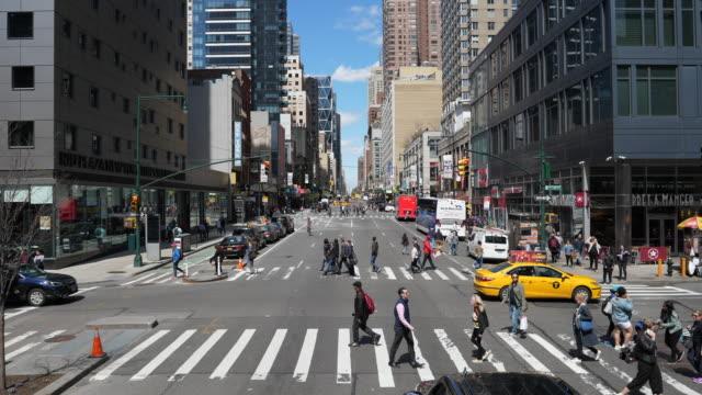vídeos de stock, filmes e b-roll de 8th / 46th new york - as américas