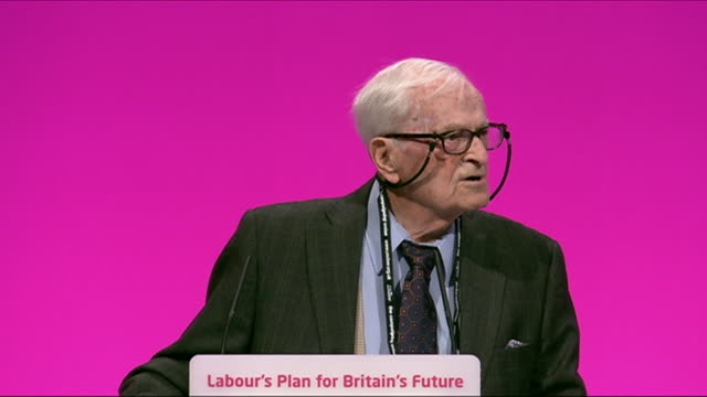 vidéos et rushes de 91yearold nhs campaigner harry smith sending a message to david cameron at the 2014 labour party annual conference - nhs anglais