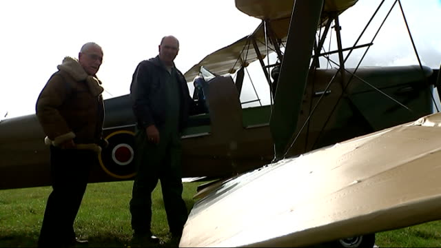 91yearold pilot takes to the air again trevor watkins interview sot watkins looking at aircraft raf roundel on side of plane watkins being shown... - bremskeil stock-videos und b-roll-filmmaterial
