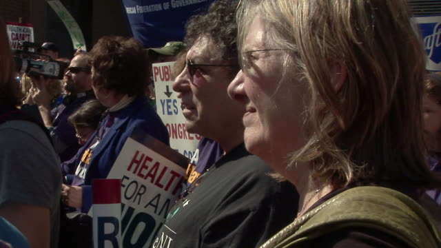 vidéos et rushes de 9mar2010 cu health care reform demonstration protest march to hotel where insurers were holding conference woman listening to speech / washington dc... - 2010