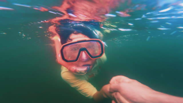 vídeos de stock e filmes b-roll de 9-years-old boy diving in a lake with his father. - pequeno lago