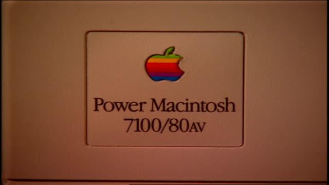 a 1990s macintosh computer screen - apple computer stock-videos und b-roll-filmmaterial