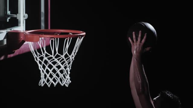 slo mo の選手 dunking ボールの縁 - バスケットボールのボール点の映像素材/bロール