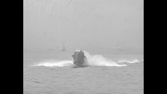 vídeos de stock, filmes e b-roll de vs a boat speeds forward in san francisco bay two men holding tight to the deck / vs the boats speed by it passes a fireboat that fires a gun salute... - baía de são francisco