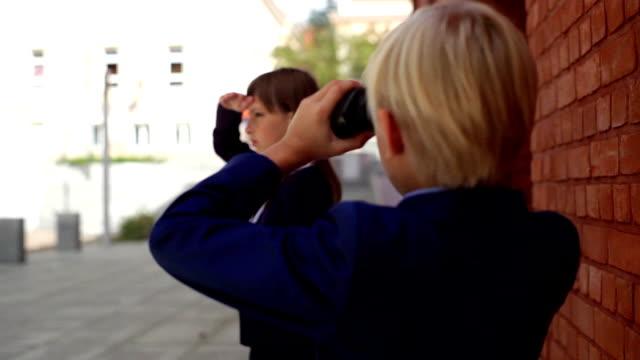 ein junge in einem business-anzug mit fernglas - fernglas stock-videos und b-roll-filmmaterial