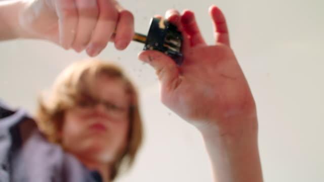 vídeos y material grabado en eventos de stock de a boy(12) is sharpening his pencil - sacapuntas
