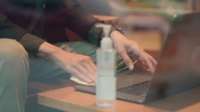 vídeos de stock e filmes b-roll de a business man clean up laptop before to work - edifício de restauração