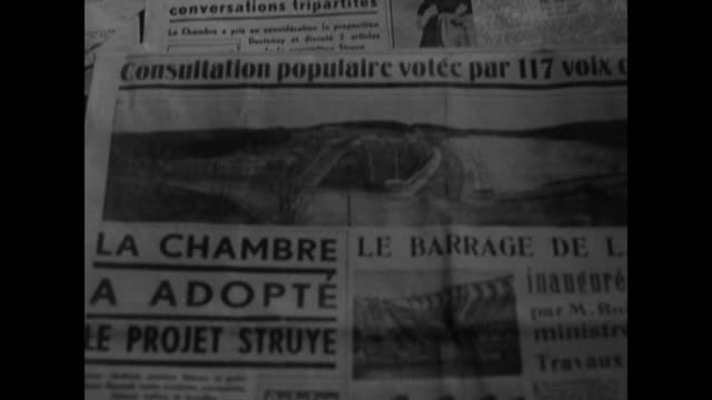 vidéos et rushes de vs a bustling brussels street with people looking at posted notices / vs the front pages of numerous newspapers in french 'reponse du roi aux... - belgique