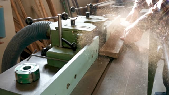vidéos et rushes de a carpenter cuts a circular saw - manufacturing occupation