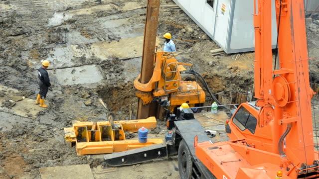 la gru di costruzione acciaio camion stake - pala meccanica video stock e b–roll