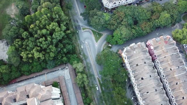 vidéos et rushes de un point de vue drone des bâtiments résidentiels à kepong, kuala lumpur , malaisie directement au-dessus - etalement urbain
