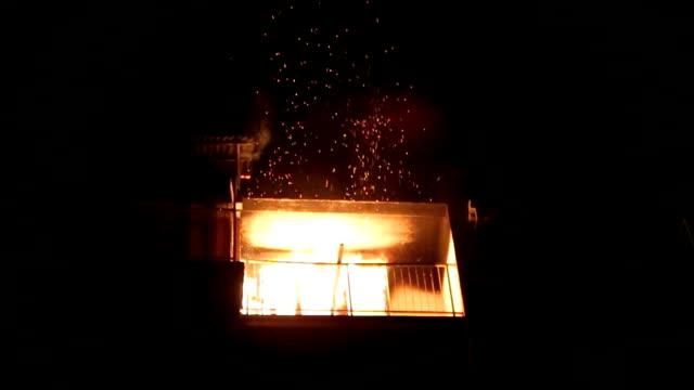 un fuoco in appartamento - incendio video stock e b–roll