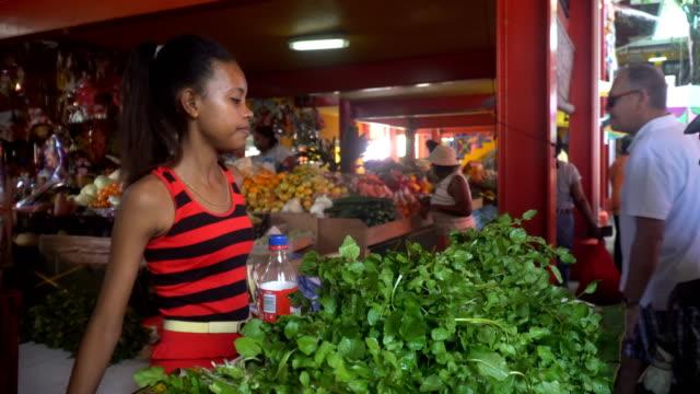 vídeos y material grabado en eventos de stock de a girl in the market- victoria, seychelles - seychelles