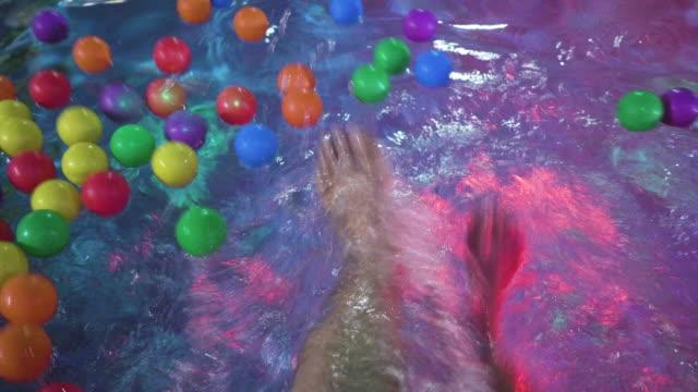 eine gute zeit in einer abendgesellschaft am pool - wickelkleid stock-videos und b-roll-filmmaterial