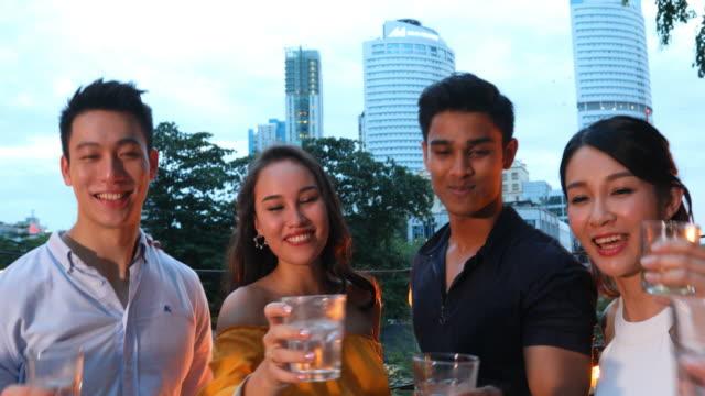pov aus einer gruppe von jungen asiatischen menschen feiern und toasten auf einem dach - subjektive kamera blickwinkel aufnahme stock-videos und b-roll-filmmaterial