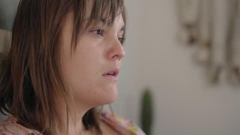 vídeos y material grabado en eventos de stock de cu of a heartbroken young woman's face while writing a breakup letter in bed - separación