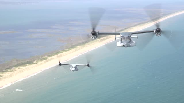 vidéos et rushes de a japanese v22 osprey conducts aerial maneuvers at marines corps air station new river north carolina july 9 2019 - manoeuvre militaire