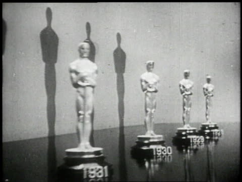stockvideo's en b-roll-footage met 1951 ts a line of oscar statues  - academy awards