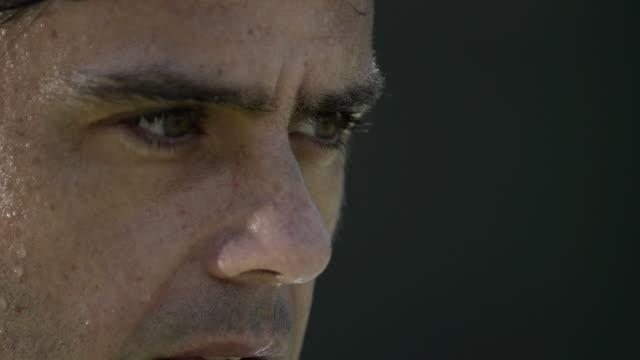 vídeos y material grabado en eventos de stock de cu ecu of a male tennis player's sweaty face, eyes, mouth breating and intense expression as he gets ready to serve. - sudor