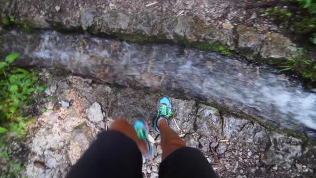 pov of a man hiking on a trail in a forest near a stream. - nur junge männer stock-videos und b-roll-filmmaterial