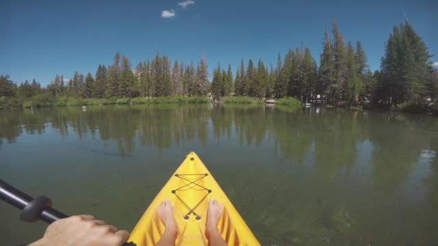 vídeos y material grabado en eventos de stock de pov de un hombre de kayak en un lago tranquilo - kayak piragüismo y canotaje