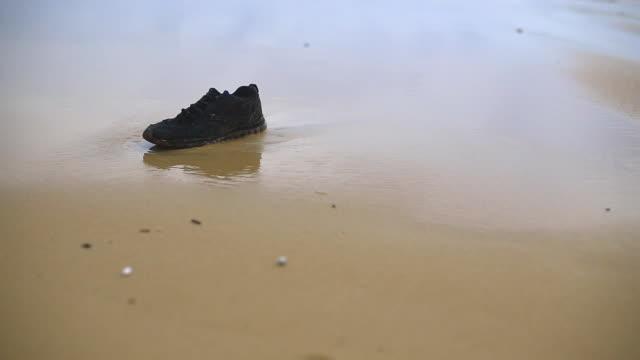 vídeos de stock e filmes b-roll de um homem uma acompanhar sapatos de praia - sapato