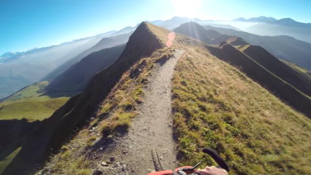 vídeos y material grabado en eventos de stock de pov of a man mountain biking on a european mountainside biking trail. - manillar