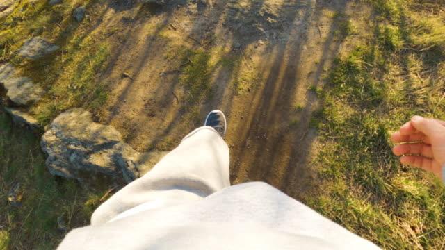 pov av en man ute på en promenad - sko bildbanksvideor och videomaterial från bakom kulisserna