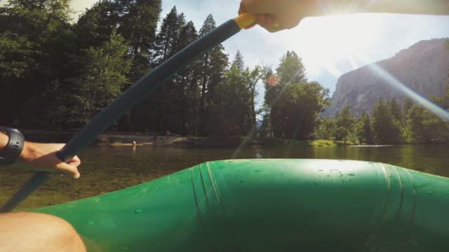 pov eines mannes rafting in merced fluss von yosemite - merced fluss stock-videos und b-roll-filmmaterial