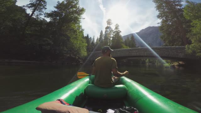 pov eines mannes rafting in merced fluss von yosemite - kanudisziplin stock-videos und b-roll-filmmaterial