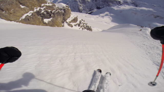 vidéos et rushes de pov of a man skiing in the mountains in fresh powder snow. - slow motion - 25 29 ans