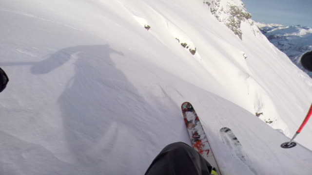 pov of a man skiing in the mountains in fresh powder snow. - slow motion - arto umano video stock e b–roll