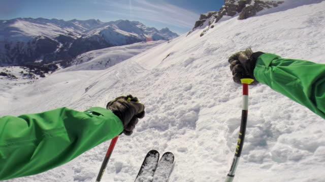 vídeos y material grabado en eventos de stock de pov of a man skiing in the mountains in fresh powder snow. - slow motion - vacaciones en la nieve