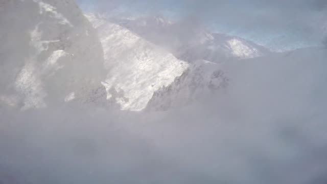pov of a man skiing in the mountains in fresh powder snow. - pulverschnee stock-videos und b-roll-filmmaterial