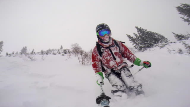 pov of a man skiing in the mountains in fresh powder snow. - wintersport stock-videos und b-roll-filmmaterial