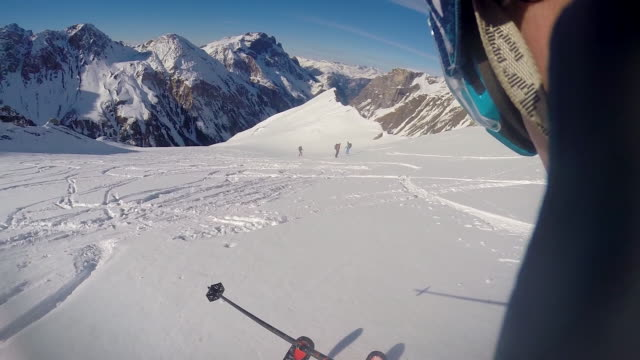 vidéos et rushes de pov of a man skiing in the mountains. - slow motion - aspiration