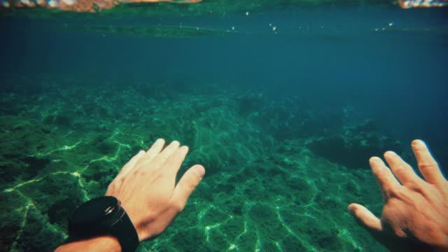 vidéos et rushes de pov d'un homme nageant et faisant de la plongée en apnée dans la mer : vacances d'été - caméscope