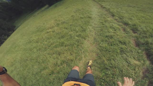 pov von einem mann trail-running-offroad in einem bergwald - querfeldeinrennen stock-videos und b-roll-filmmaterial
