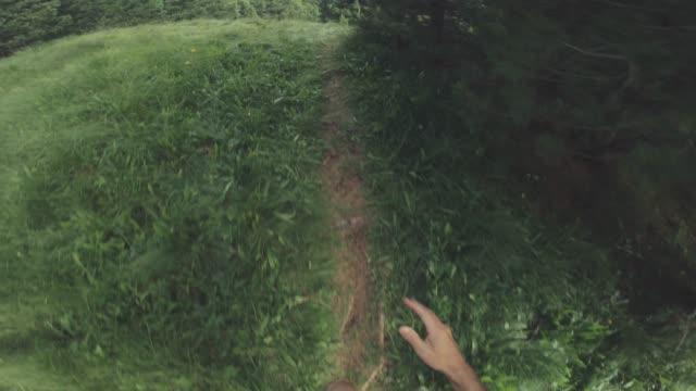 pov av en man terränglöpning offroad i en bergskog - grusväg bildbanksvideor och videomaterial från bakom kulisserna