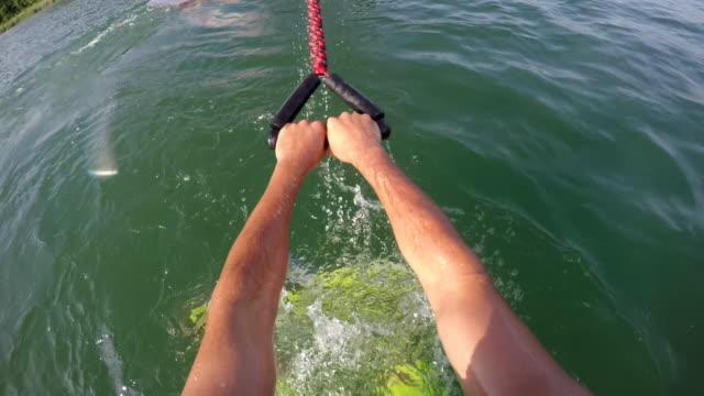 pov of a man wakeboarding behind a boat. - ウェイクボーディング点の映像素材/bロール