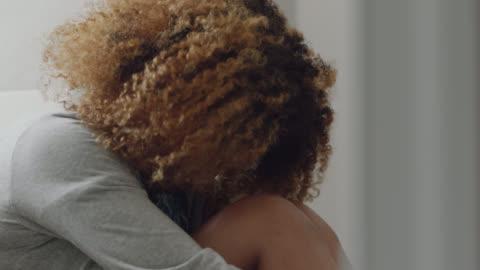vídeos y material grabado en eventos de stock de cu of a multi-ethnic woman shaking and beginning to cry after seeing pregnancy results - preocupado