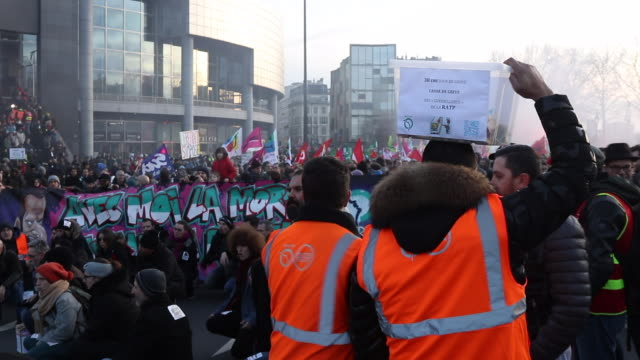 vidéos et rushes de a person gives money to a strike support fund. ratp protesters march during a day of protest and ongoing transport worker strikes over french pension... - french culture