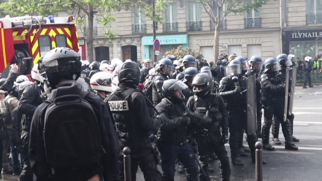 vídeos de stock e filmes b-roll de a policeman the annual may day protests on may 01 2019 at boulevard saintmarcel paris france more than 7400 police and security forces have been... - 1 de maio