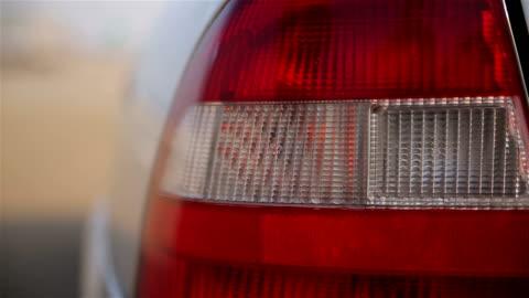 vidéos et rushes de un feu de signalisation sur la voiture - phare arrière de véhicule